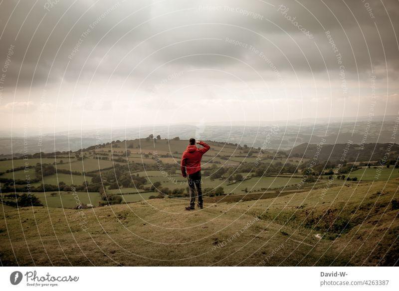 in die Ferne schauen - Mann in der Natur Erlebnis Urlaub Abstand Landschaft Ferien & Urlaub & Reisen Erholung Erkunden beobachten beeindruckend Aussicht wandern