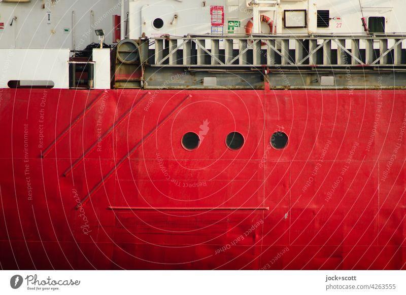 Rote Schiffswand mit drei Bullaugen vom dicken Frachter Detailaufnahme Hintergrundbild Strukturen & Formen authentisch Bordwand Stahl rot maritim