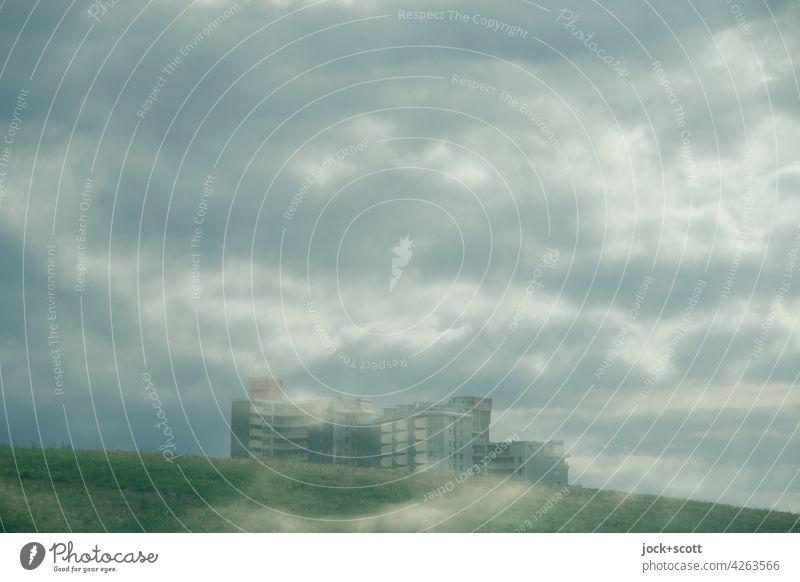 Viele Wolken und die Stadtrandsiedlung Hügel Wohnhochhaus Doppelbelichtung Silhouette Illusion Experiment Reaktionen u. Effekte Surrealismus Phantasie
