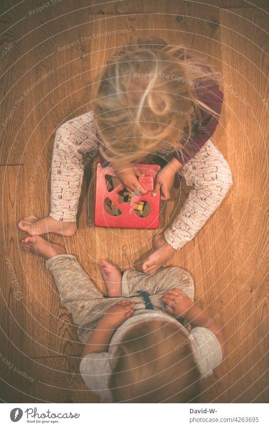 zusammen spielen - Geschwister Kinder Spielzeug gemeinschaftlich niedlich gemeinsam Bruder Schwester Zusammensein Freude Junge Mädchen