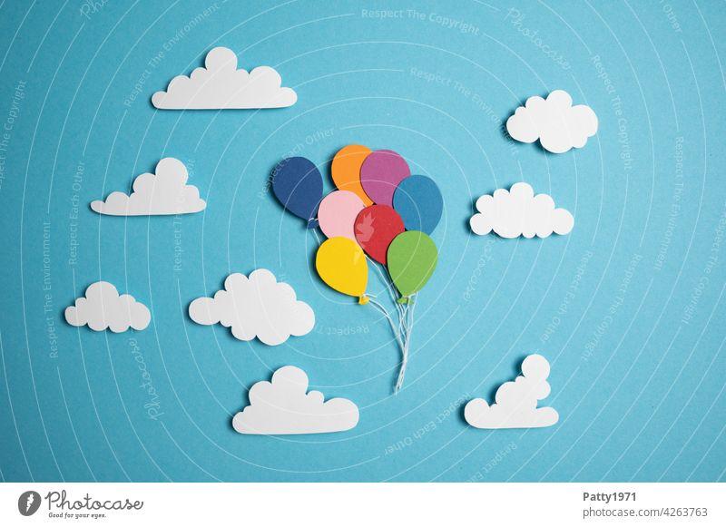 Aus Papier ausgeschnittene Luftballons schweben zwischen fluffigen Wolken durch den Himmel fliegen blau viele mehrfarbig Freiheit Menschenleer aufsteigen