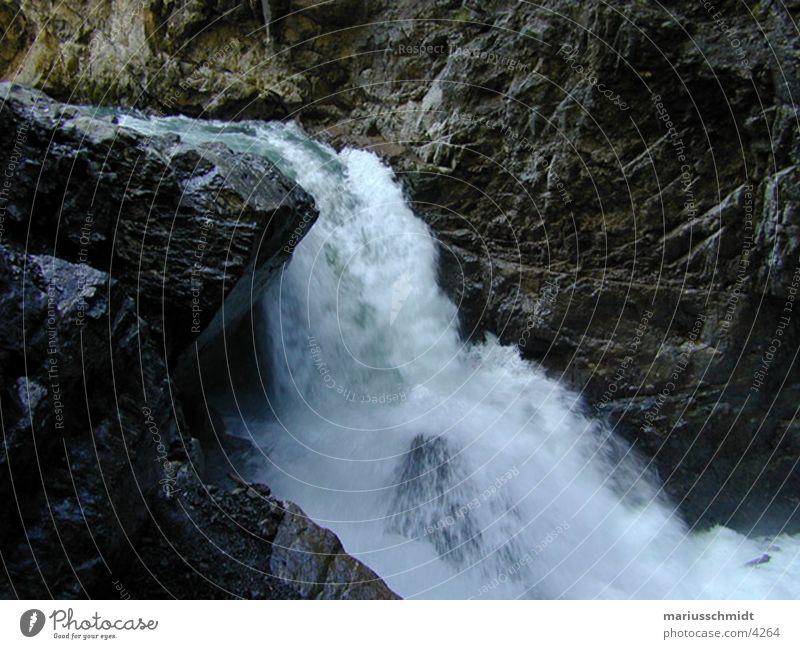wasserfall Natur Wasser Stein Felsen Geschwindigkeit frisch Elektrizität Bach Wasserfall Erfrischung Höhle Wildbach Naturgewalt