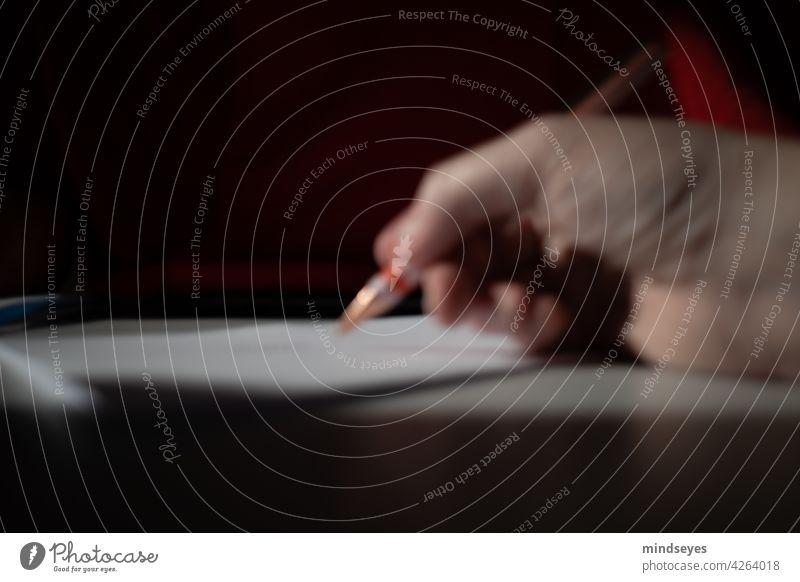 unscharf schreiben Stift Hand schrift Papier zeichnen Brief schreiben intentionally blurry bewußt unscharfes Objekt Finger greifen nachdenken philosophieren