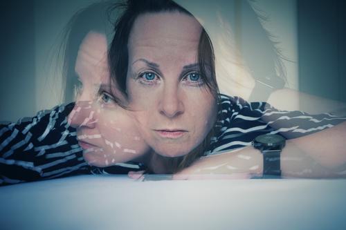 Doppelbelichtung Besorgnis Porträt Streifenpullover Blick in die Kamera Blick nach vorn Sorgenfalte ernst Einsamkeit Mensch Erwachsene Gesicht Verwirrung Frau