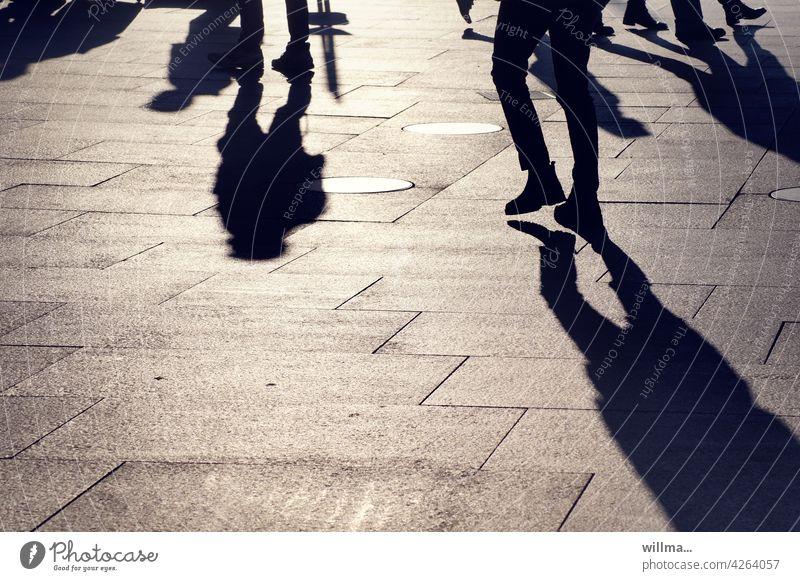 Menschen treffen Schatten Menschengruppe Stadtleben Platz Fußgänger Fußgängerzone gehen laufen Stadtbummel Beine