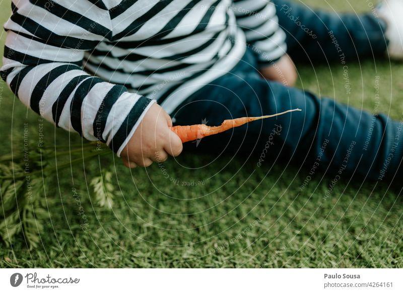 Kind isst frische Karotte unkenntlich Nahaufnahme Möhre Essen essen Frische Biss lecker Gesunde Ernährung Gemüse Diät Gesundheit Lebensmittel Farbfoto Vitamin
