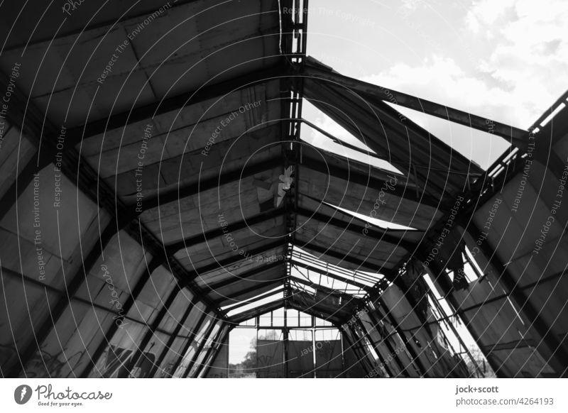 allmähliche Zerstörung einer verlorenen Rundbogenhalle Lagerhalle Symmetrie lang verfallen Metallkonstruktion Endzeitstimmung Ruine kaputt Wandel & Veränderung