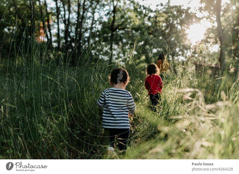 Bruder und Schwester folgen Mutter durch die Felder Mutterschaft Geschwister Familie & Verwandtschaft Zusammensein Zusammengehörigkeitsgefühl mir folgen folgend