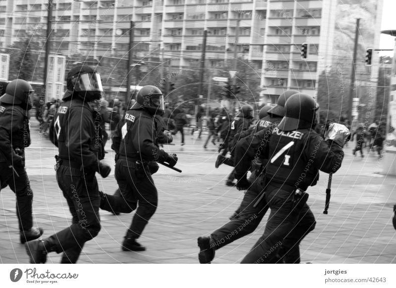 On the run Polizist Polizei Menschengruppe Arbeitsbekleidung Schutzbekleidung Helm rennen laufen Aggression rebellisch Stadt Angst Gewalt Politik & Staat
