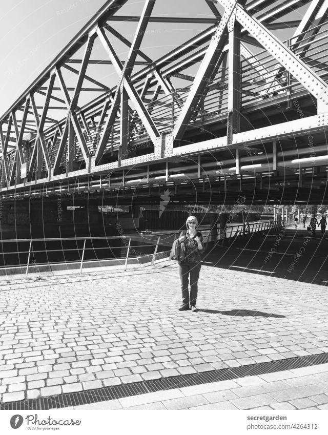 für einen Tag Touristin Tourismus Brücke Hamburg Hafencity Schwarzweißfoto Turban posierend Fotografie Architektur Hafenstadt Bauwerk Sehenswürdigkeit