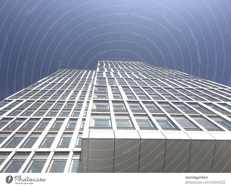 Himmelhochjauchzende Perspektive (2) Hochhaus blau weiss Architektur Fassade Fenster Bürogebäude Neubau Stadt modern Gebäude Außenaufnahme Farbfoto Menschenleer