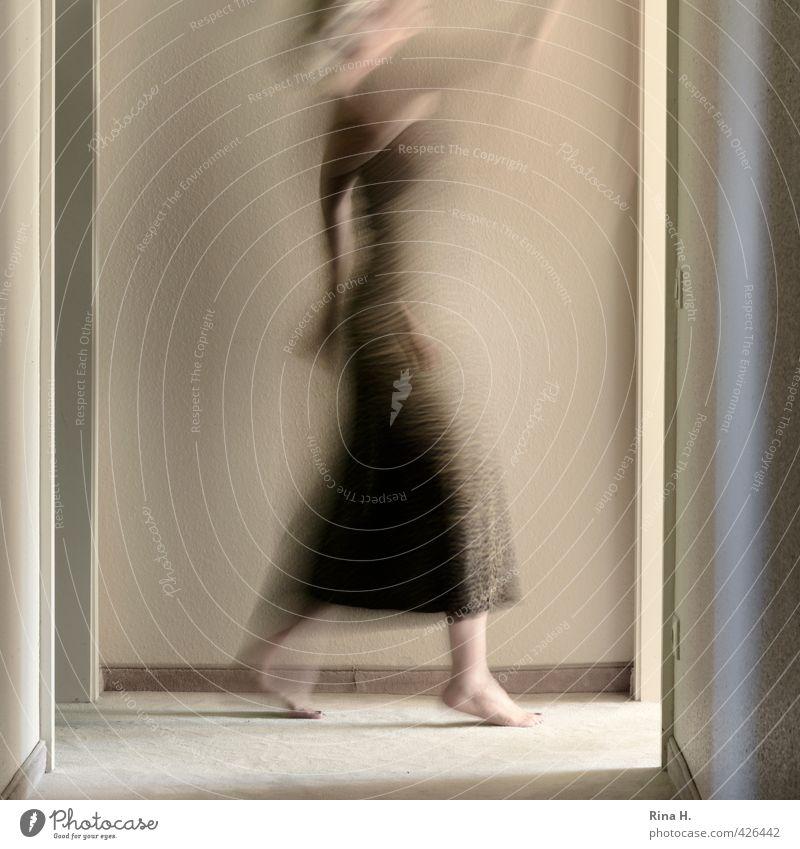 Warte doch mal ! Frau Erwachsene 1 Mensch Mauer Wand Kleid gehen laufen authentisch hell Geschwindigkeit Zeit Flur Türrahmen Bodenbelag Unschärfe winken Barfuß