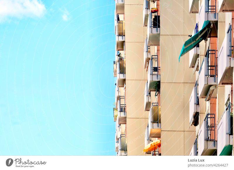 Senkrecht im Frühling: Balkone in Reih und Glied an einem Hochhaus Fassade Architektur Gebäude Stadt Himmel Tag Sonne Wolken Sonnenschein Sonnenschirm gerade