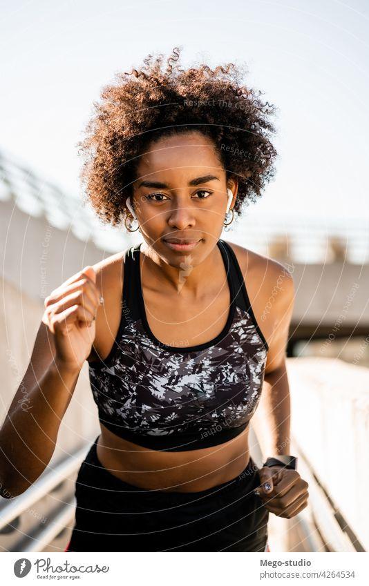 Afro-Athletin Frau läuft im Freien. Sport Übung Training Läufer Hintergrund Menschen Pflege Freizeit Körper Porträt Aktion Bewegung Herz trainiert. Motivation