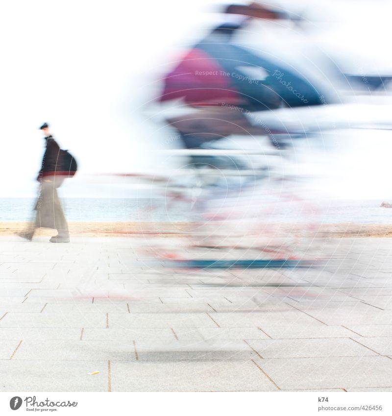 Disolución II Fahrradfahren Mensch maskulin 2 gehen Geschwindigkeit sportlich blau violett weiß Farbfoto Außenaufnahme Tag Bewegungsunschärfe Zentralperspektive