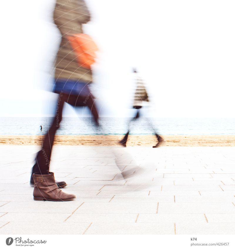 Disolución I Mensch blau weiß Meer Strand feminin Bewegung gehen Horizont braun Körper orange Coolness Kleid Stiefel Mantel
