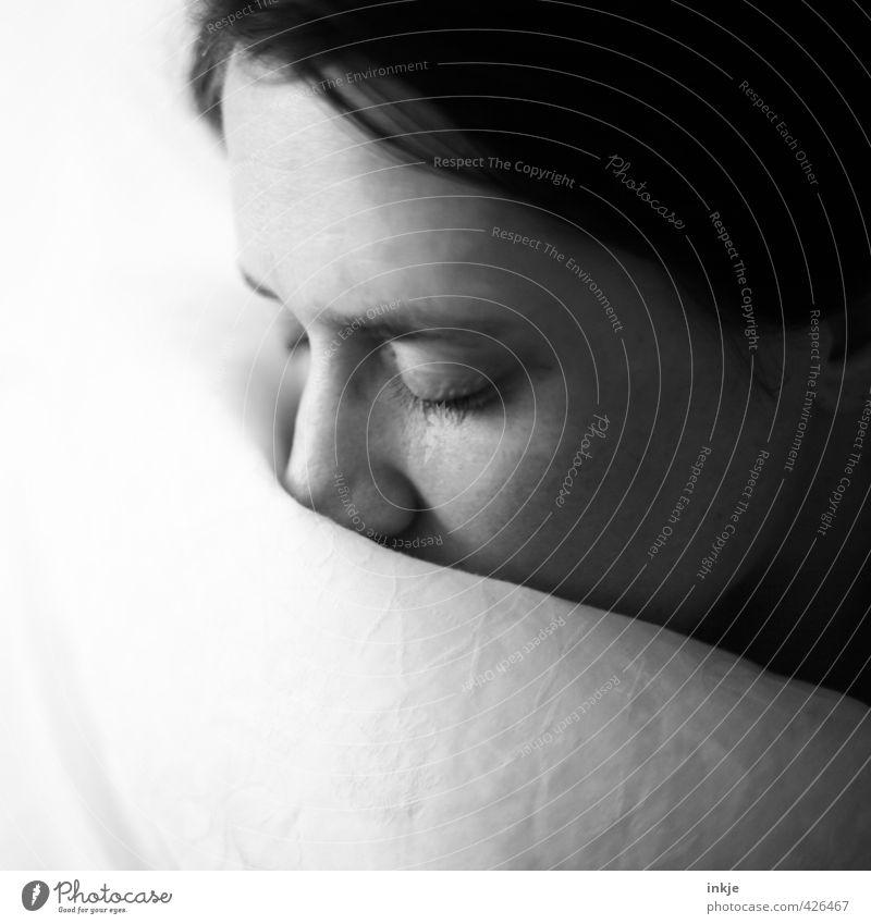 schlummern Erholung ruhig Häusliches Leben Bett Frau Erwachsene Gesicht 1 Mensch 30-45 Jahre Bettdecke schlafen träumen kuschlig nah weich schwarz weiß Gefühle
