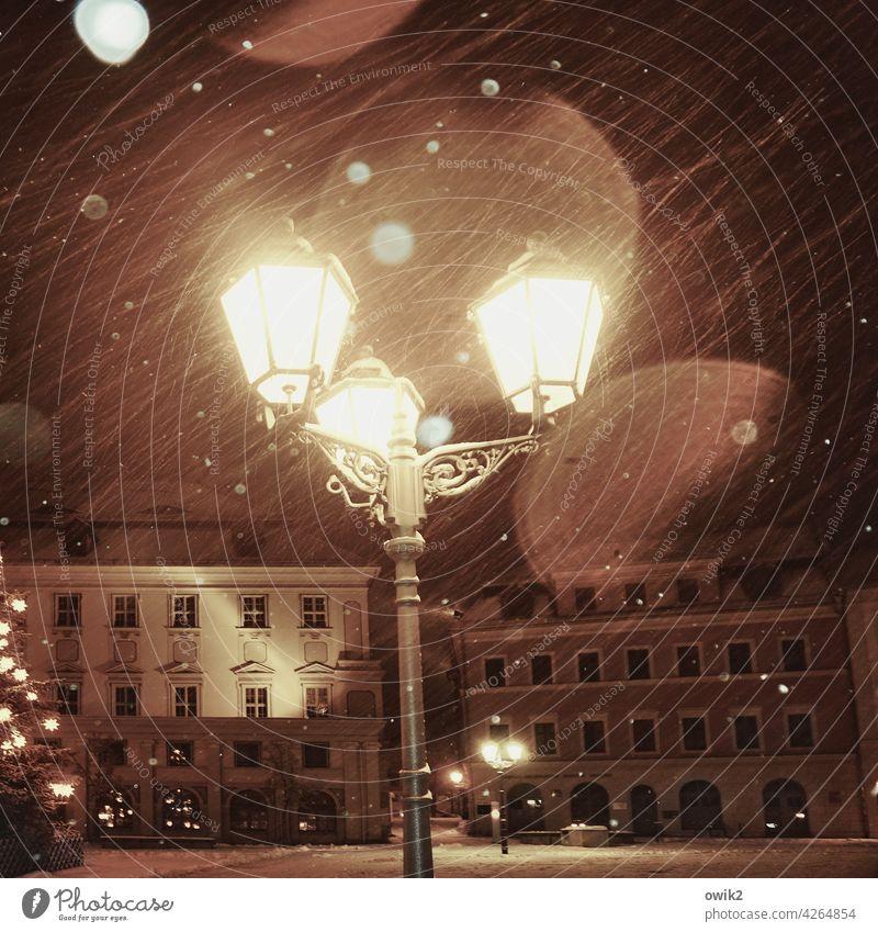 Advent 2020 Laterne Beleuchtung glänzend Blitzlichtaufnahme Gebäude Häuser anheimelnd winterlich Schnee Schneefall Schneeflocken Menschenleer Stimmung Licht