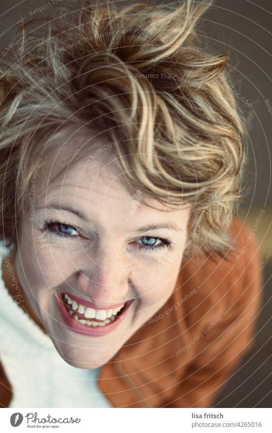 FRAU - BLOND - HÜBSCH Frau blond kurzhaarig Zähne schöne zähne strahlend glücklich Fröhlichkeit lachen Freude Erwachsene strahlend weiße Zähne Lebensfreude