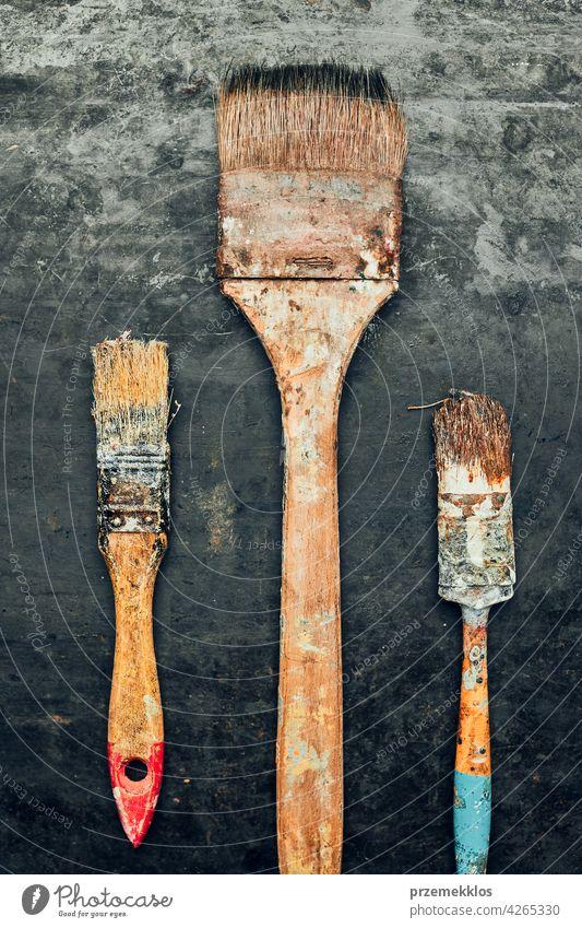 Pinsel auf Metalloberfläche. Altes Pinselset für die Hauspflege. Technischer Hintergrund Hardware Werkzeug Stahl alt verwendet schwer verwenden nützlich