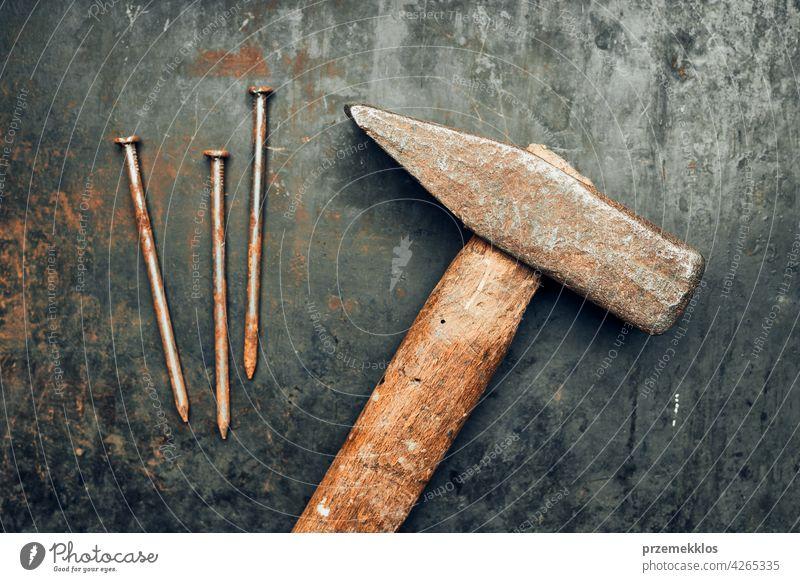 Hammer und Nägel auf Stahloberfläche. Werkzeuge für die Wartung. Hardware-Werkzeuge zum Befestigen. Technischer Hintergrund Metall bügeln alt verwendet schwer