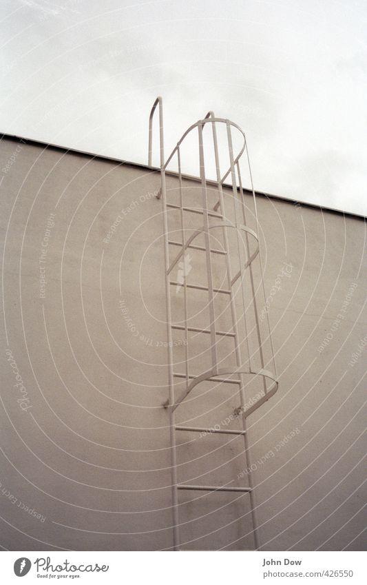 Aussteiger Himmel Mauer Wand Fassade Dach Unendlichkeit Feuerleiter Leiter ausstieg ungewiss Zukunftsangst aufwärts aufsteigen hoch Übergang erobern