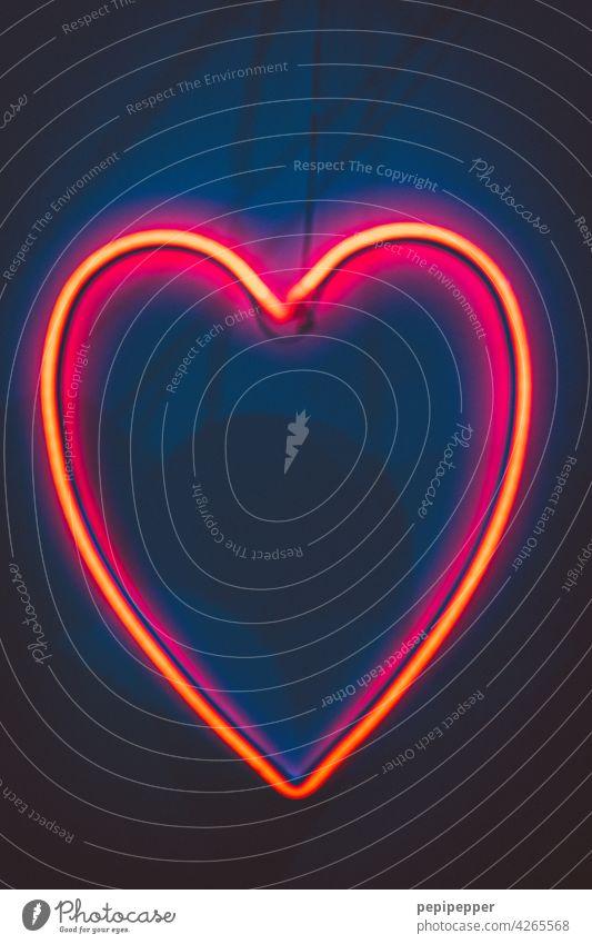 Neonherz, kitschig Herz Liebe rot Romantik Verliebtheit Valentinstag herzförmig Nahaufnahme Glück Gefühle Sympathie Liebeserklärung Liebesbekundung Liebesgruß
