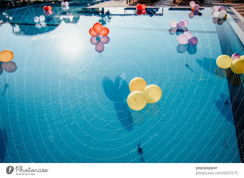 Luftballons in einem Schwimmingpool luftballons einladung Feste & Feiern Farbfoto Freude Dekoration & Verzierung Fröhlichkeit Party Geburtstag Veranstaltung