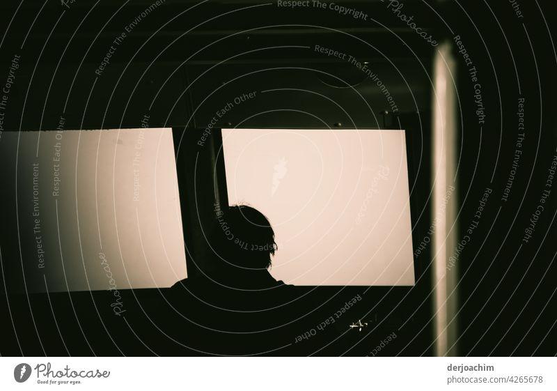 Der Schiffsführer schaut aus seinem vorderen Fenster, woher der helle Lichtschein kommt. Schifffahrt Wasserfahrzeug Himmel ruhig Horizont Farbfoto Ferne