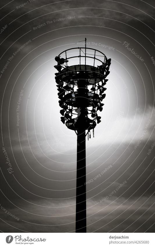 Ein Leuchtmast mit ganz vielen kleinen  Lampen , im dunklem Abendhimmel. Mast Himmel Menschenleer Außenaufnahme Tag SW Schwarzweißfoto Wolken analog Umwelt