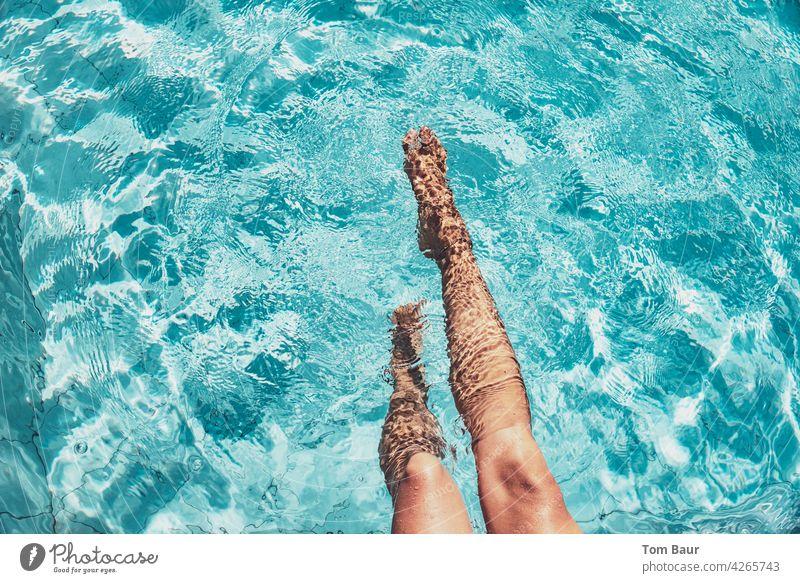 Frauenbeine im Pool plantsch plantsch Beine feminin sportlich Erwachsene Farbfoto Jugendliche Junge Frau 18-30 Jahre schön sitzen Schwimmen & Baden Schwimmbahn