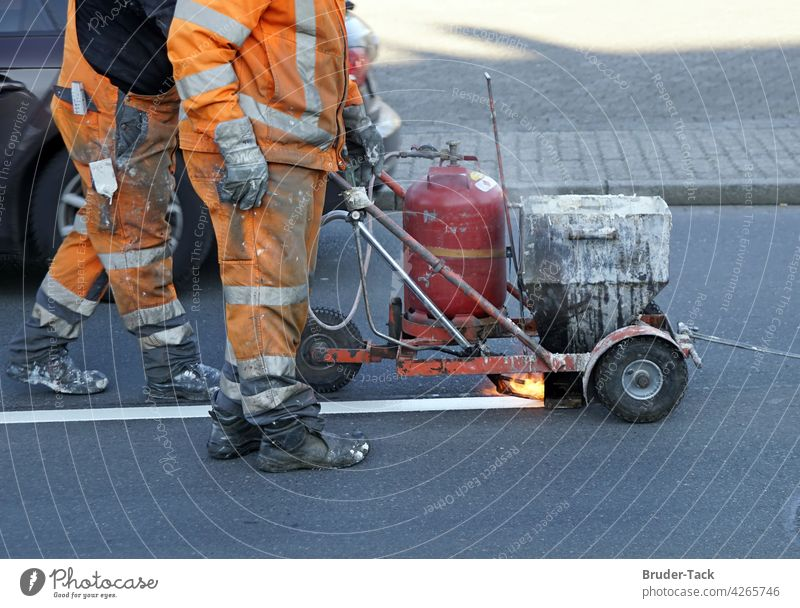 Bodenmarkierungsarbeiten Markierungsarbeiten Straßenmarkierung Fahrbahnmarkierung Kennzeichnung Strassenmarkierung Asphalt Verkehr Verkehrswege