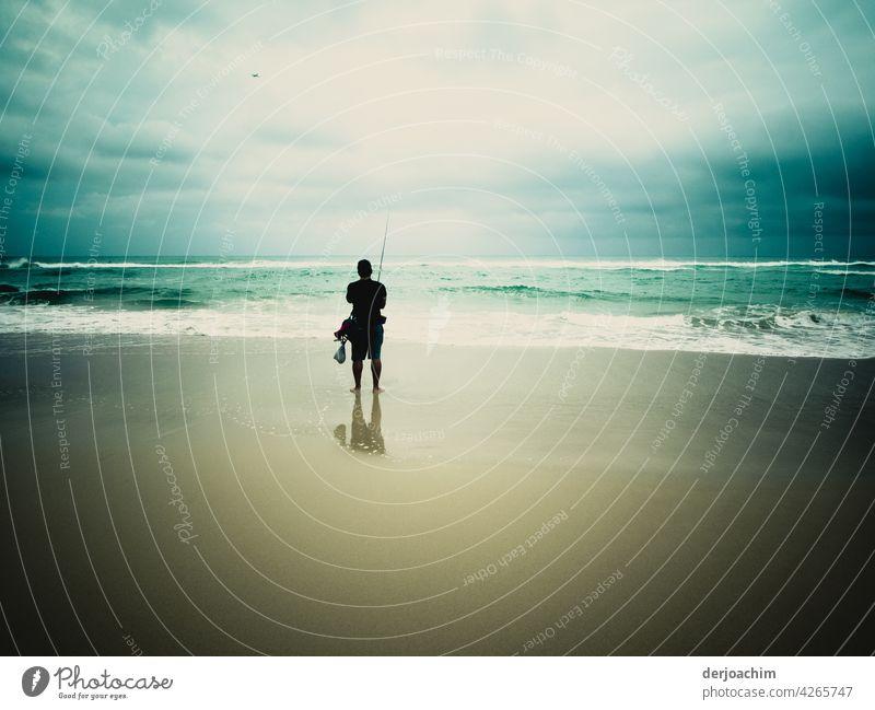 Ein einsamer Angler in früher Morgenstund , am Pacific Strand. See Wasser Fischer Freizeit & Hobby Menschen Natur Person Fischen Sport eine Mann Angelrute Meer
