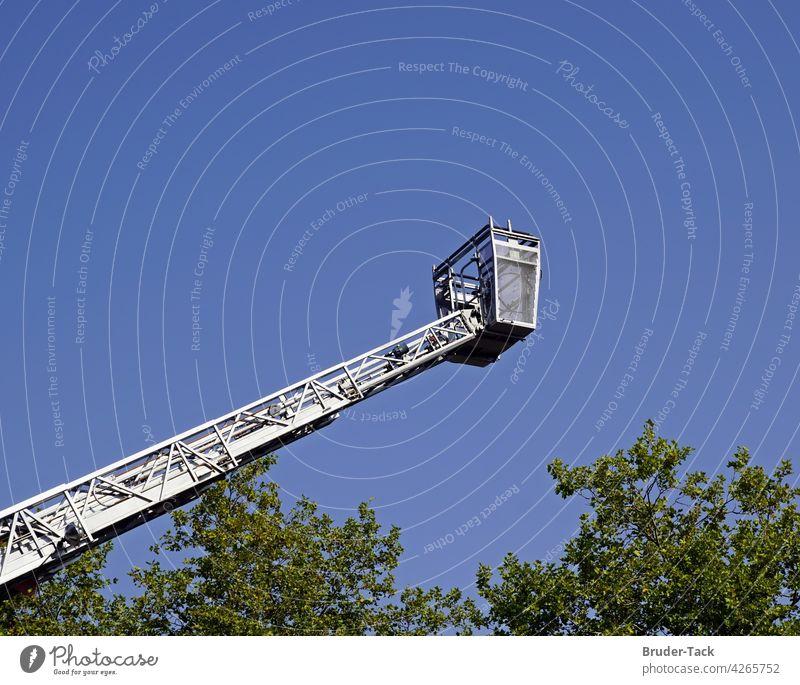 Feuerwehrdrehleiter mit Rettungskorb Teleskopmast Leitersatz löschen Brand brennen gefährlich Alarm Feuerwehrmann Brandschutz Notfall Feuerwehrauto Sicherheit