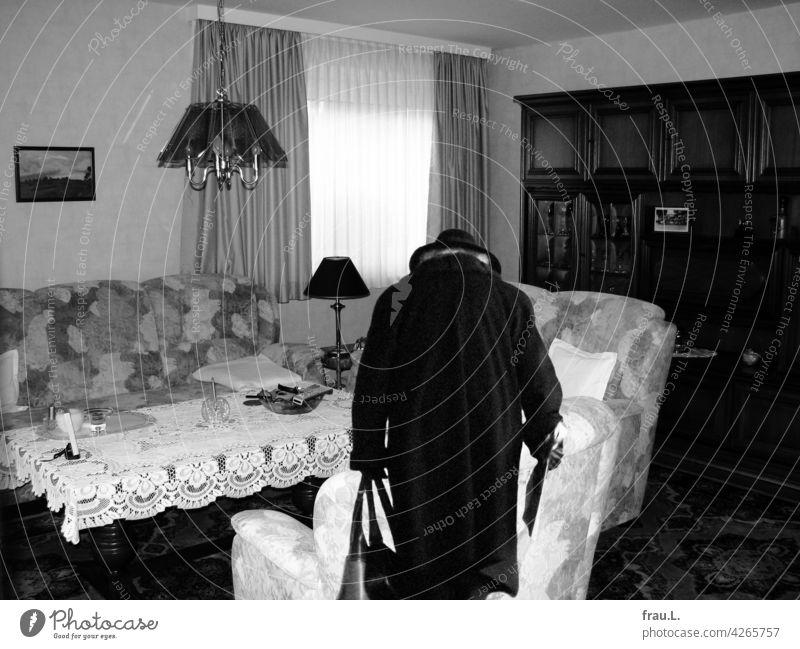 Niemand da? Zuhause Haus Heimat Degersen allein Frau Hut Montage Mantel Zeitung Handtaschen Wohnzimmer alt gebeugt Tisch Sofa Häusliches Leben Innenarchitektur