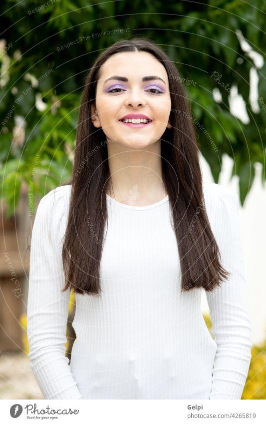 Nette junge Frau mit lila Lidschatten Teenager Person außerhalb Gesicht Behaarung Mädchen schön Park Model hübsch Natur Schminke Glück Porträt Schönheit