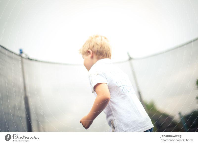 schwerelos Junge Kindheit Rücken 1 Mensch 3-8 Jahre Wolkenloser Himmel Sonne Sonnenlicht Sommer Garten Sport toben Freude Fitness Freizeit & Hobby Luft