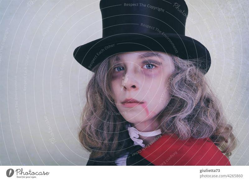 Draculas Sohn | Junge im Vampirkostüm zu Halloween Porträt Karneval Fasching Kostüm Karnevalskostüm verkleiden langhaarig Hut Zylinder gefährlich schön Mensch 1