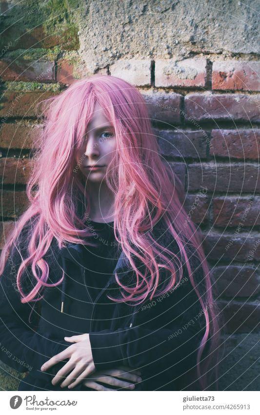Porträt eines Teenager Mädchens mit langen rosa Haaren rebellisch anders unsichtbar Misstrauen Zweifel Halbprofil Inspiration träumen nachdenklich Leben Punk