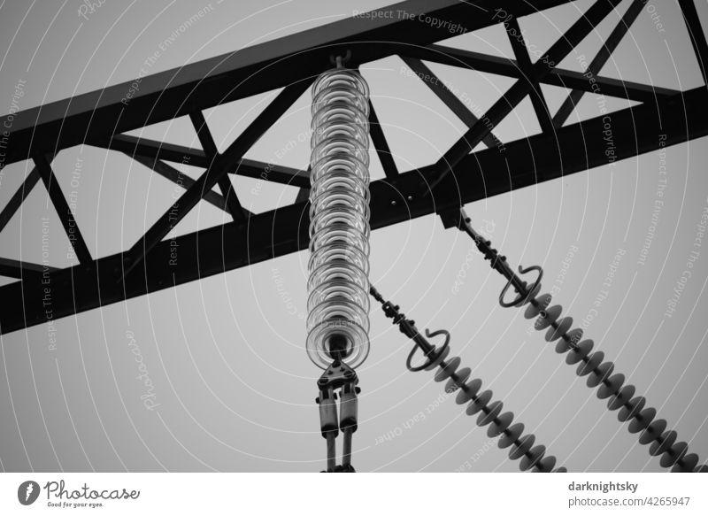 Isolatoren aus Glas an einer Hochspannungsfreileitung in einem Umspannter im Detail Erneuerbare Energie Technik & Technologie Energiekrise Stromtransport