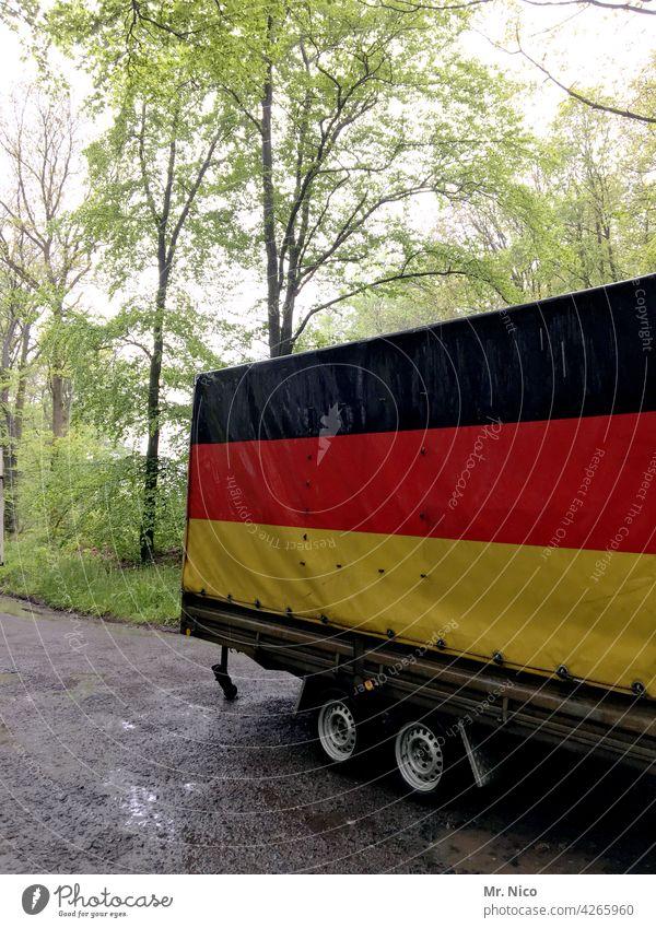 Deutscher Wald Wege & Pfade Bäume Baum Anhänger Parkplatz waldparkplatz Waldweg schwarz rot gold Deutschland Deutschlandfarben Deutschlandfahne