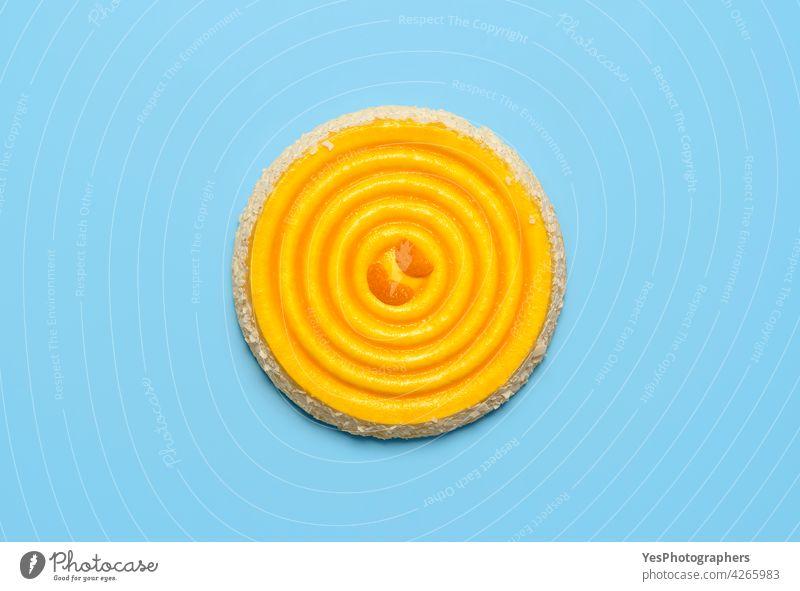 Tangerine Kuchen isoliert auf blauem Tisch. Orange und Mascarpone Torte, flach legen Hintergrund Volltreffer Zitrusfrüchte Clementine farbig Konditorei Sahne