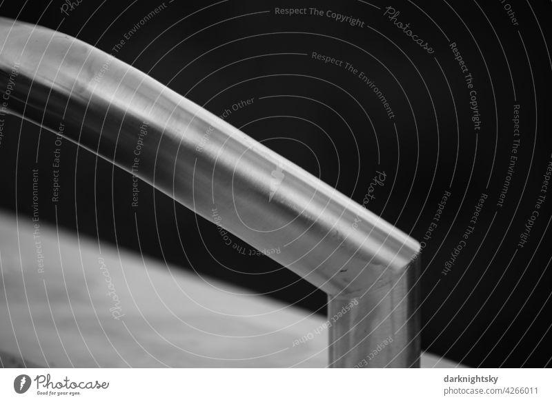Neuer Handlauf aus Edelstahl mit bogenförmiger Linienführung als Detail moderner Architektur Detailaufnahme Design Geländer Menschenleer abstrakt Treppe