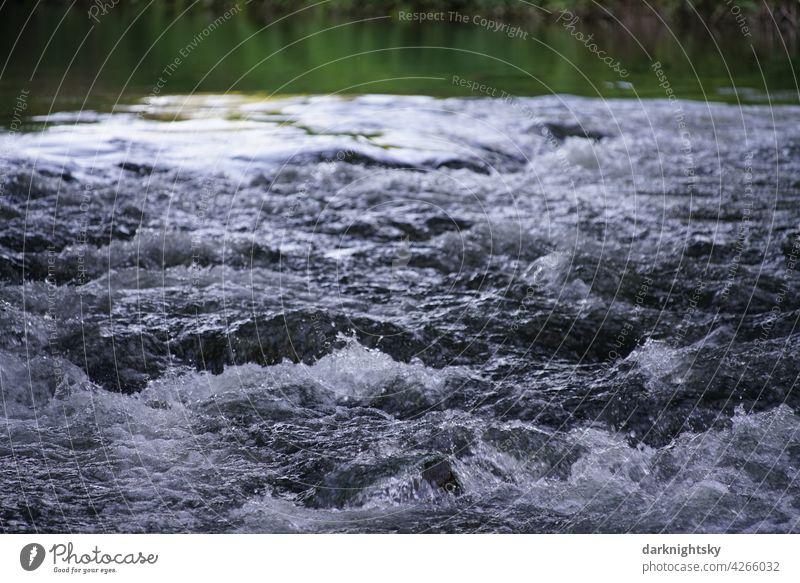 Stromschnelle bei einem Stauwehr in der Sieg mit aufgewühltem, spritzenden Wasser Fluss Wellen Farbfoto Umwelt nass Reflexion & Spiegelung Natur Menschenleer