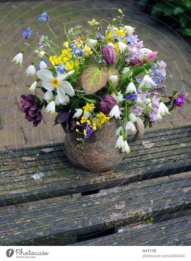 erster Frühlingsstrauß aus dem Garten Blumenstrauß Tonvase Blumenvase Töpfervase Schnittblumen Schachbrettblume Dichternarzisse Minitulpe Wiesenschaumkraut