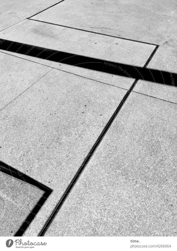 Linienbeziehungen & Eckenverhältnisse verkehrswege straße leer einsam grau geschwindigkeit unschärfe linien streifen schatten sonnig bürgersteig muster struktur