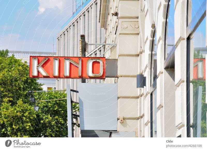 Stadtkino Kino Schild Kinoschild Großstadt Film Filmvorführung Insolvenz Aufgabe Kultur Filmindustrie Freizeit & Hobby Theater Kunst rot Licht Kinosaal Farbfoto