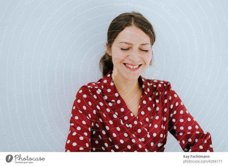 Porträt einer lachenden Frau 20s 30s Erwachsener attraktiv schön Schönheit braun brünett lässig Kaukasier heiter Selbstvertrauen selbstbewusst niedlich