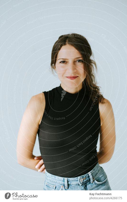 Porträt einer lächelnden Frau 20s 30s Erwachsener attraktiv schön Schönheit braun brünett lässig Kaukasier heiter Selbstvertrauen selbstbewusst niedlich