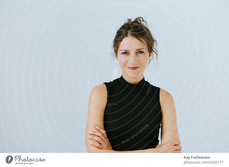 Porträt einer selbstbewusst lächelnden Frau 20s 30s Erwachsener attraktiv schön Schönheit braun brünett lässig Kaukasier heiter Selbstvertrauen niedlich